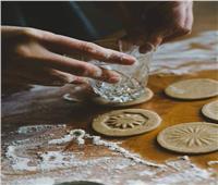 7 أفكار لتشكيل ونقش «كحك العيد» .. أبرزها «مفرش الكورشيه»