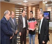 محافظ الشرقية يُكرم طالبا كفيفا لفوزه بمسابقة «القرآن الكريم»