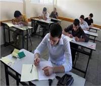 طلاب الصف الأول الثانوي يبدأون امتحان الكيمياء «الفترة الثانية»