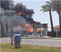 حريق هائل بمحيط مجمع مطاعم برأس البر