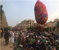 صور| البالونات والألعاب في استقبال المصلين بمدينة نصر
