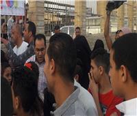 طبيب قبطي يقدم التهنئة والهدايا لأطفال المسلمين في ساحة الصلاة بالفيوم