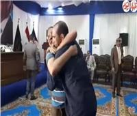 شاهد  لحظة لقاء أب وابنه بعد الإفراج عن الأخير بمناسبة عيد الفطر