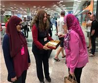 صور| مطار الغردقة يستقبل المسافرين بالورود وكحك العيد