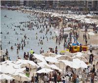 صور| إقبال كبير على شواطئ الإسكندرية في ثاني أيام العيد