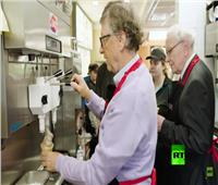 شاهد| «بيل جيتس» عامل في مطعم للوجبات السريعة