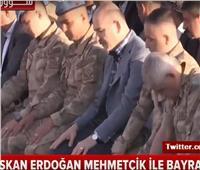 فيديو.. سخرية من أداء وزير الداخلية التركي وجنوده صلاة العيد بطريقة خطأ