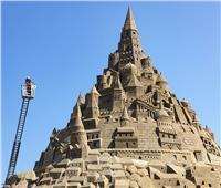 شاهد |20 فنانا يدخلون موسوعة «جينيس» بنحت أعلى قلعة رملية في العالم