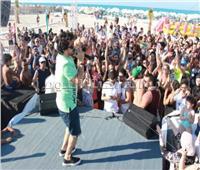 صور| مصطفى حجاج يتألق بحفل «وايت بيتش» بحضور نهال عنبر