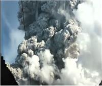 شاهد.. لحظة ثوران بركان جبل سينابونج في أندونيسيا