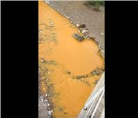 شاهد  نهر بروسيا يتحول إلى اللون البرتقالى بسبب السموم
