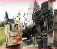 شاهد| انقلاب شاحنة تحمل بيوتا للنحل بالولايات المتحدة