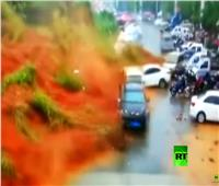شاهد| لحظة إنهيار أرضي يؤدي إلى إبتلاع العشرات من السيارات في الصين