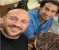 على ربيع يحتفل بعيد ميلاد أحمد مكي علي طريقته الخاصة
