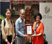 درع التميز من الإمارات لوفد صحيفة «تشيانا وتش» الصينية