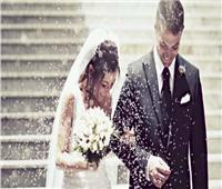 خبيرة بريطانية تنصح الشباب بـ«الزواج المُبكر»