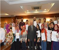 محافظ الجيزة يُسلم خطابات التشغيل الصيفي لــ 300 شاب وفتاة