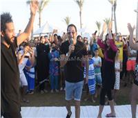 صور| شحتة كاريكا يُشعل أجواء الشاطئ بحفل «الهاموك»