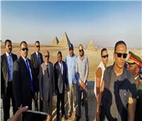 رئيس موزمبيق يزور الأهرامات ويلتقط الصور التذكارية