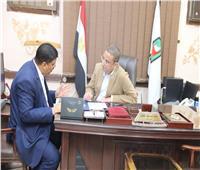 محافظ سوهاج يبحث مع رئيس مركز أخميم مشروعات الخطة الاستثمارية