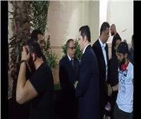 فيديو| علاء مبارك يقدم واجب العزاء في والد «ميدو»