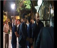 فيديو| عمرو سعد ومدحت العدل يؤديان واجب العزاء في والد «ميدو»