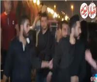 فيديو| تامر حسني وأنغام يُقدمان العزاء عزت أبو عوف