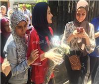 ثانوية عامة 2019| سيدة تستقبل ابنتها بالورود أمام لجنة بعد انتهاء الامتحانات