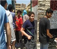 ثانوية عامة 2019| طلاب الثانوية العامة بشبرا يودعون زملائهم بالقبلات والأحضان