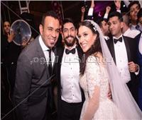 صور| محمود الليثي يتألق بزفاف «عمر ومي»