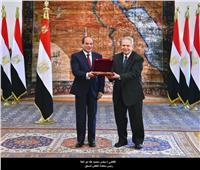بالصور| السيسي يمنح المستشار مجدي أبو العلا «وسام الجمهورية»
