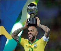 ألفيس يرد على اتهامات ميسي بانحياز «كونميبول» للبرازيل