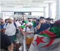 أمم إفريقيا 2019| سجدة على علم الجزائر في أرض مطار القاهرة