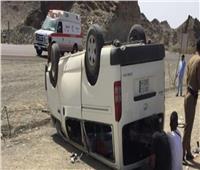 إصابة ٤ أشخاص من أسرة واحدة في انقلاب سيارة بالطريق الصحراوي