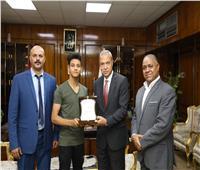 محافظ قنا يكرم «لاعب كونغ فو» لحصوله على «ذهبية بطولة إفريقيا»