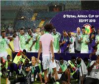 صور| لاعبو نيجيريا يتسلمون ميداليات المركز الثالث