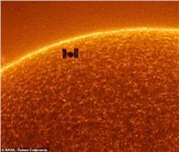 فيديو| صور مذهلة خلال مرور محطة الفضاء الدولية أمام الشمس