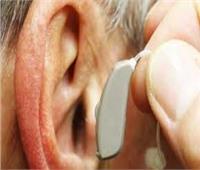 دراسة: ارتداء سماعة للأذن قد يحمي المخ