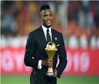 صامويل إيتو يسلم كأس أمم إفريقيا