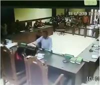 شاهد| محامي يعتدي على قاضي في أحد المحاكم الأندونيسية