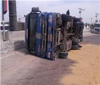 مصرع شخص وإصابة 2 آخرين في انقلاب سيارة نقل بطريق سفاجا سوهاج