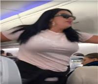 الغيرة بين السحاب.. فتاة تضرب صديقها بسبب نظرة على متن طائرة