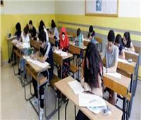 طلاب الصف الأول الثانوي يؤدون امتحان الجغرافيا دور ثان