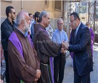 محافظ الإسكندرية يشارك في مراسم دفن عادل زكي مطران اللاتين بمصر