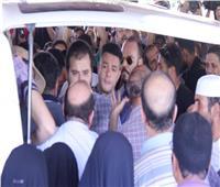 فيديو   أحمد الفيشاوي ينفعل على الصحفيين فى جنازة والده