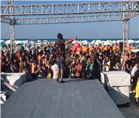 صور  «أنا الأصلي».. أحمد سعد يُلهب أجواء الشاطئ بحفل «وايت بيتش»