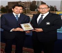 وزير الشباب يهنئ رئيس اتحاد السباحة بفوز فريدة عثمان بالبرونزية