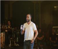 تامر عاشور يختتم مهرجان الأوبرا بالمسرح الروماني في الإسكندرية