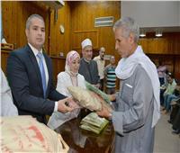 محافظة أسيوط تسلم التأشيرات ومستلزمات وملابس الإحرام لحجاج الجمعيات الأهلية