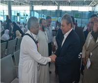 صور| رئيس «ميناء القاهرة الجوي» يودع حجاج الشركة